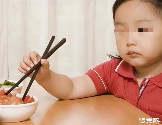 家中小孩被鱼刺卡喉时,家长可选择这样做