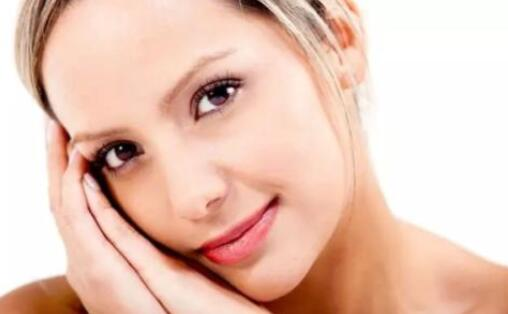 建议女性皮肤护理时,使用的护肤小技巧
