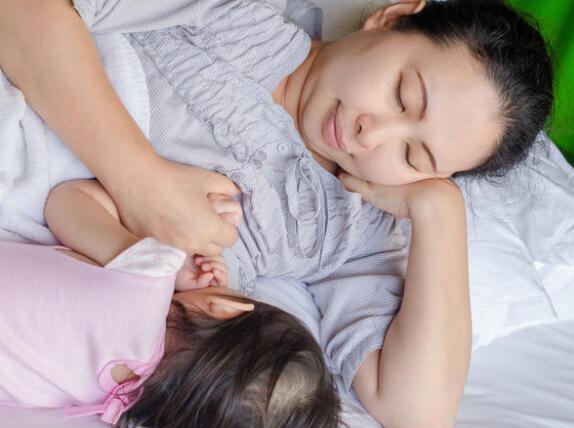 婴儿哭泣的10个最常见的原因,以及如何安抚他们