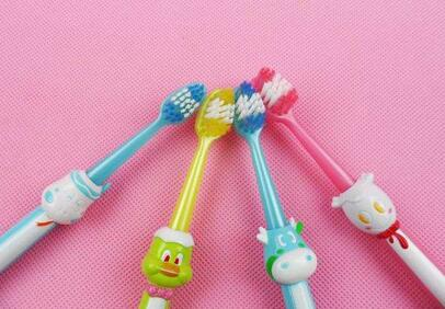 如何给不同年龄的宝宝选购合适的牙刷,宝妈们可以看一看