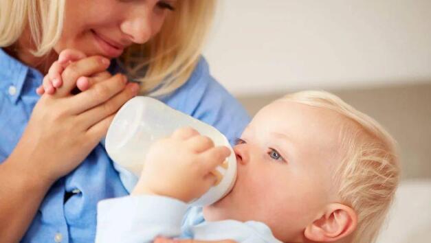 让奶粉喂养的宝宝喝水的几种方法,但家长需注意这几点