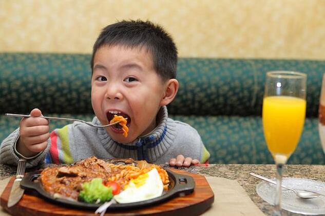 家长须知这4个坏习惯会加速孩子脾虚积食,日常做好这3件事可调理孩子脾胃