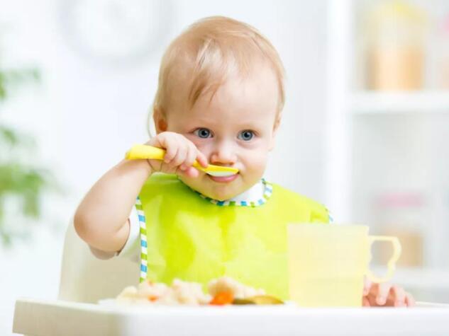 当宝宝有这几个表现时,就是给宝宝添加辅食的最佳时机