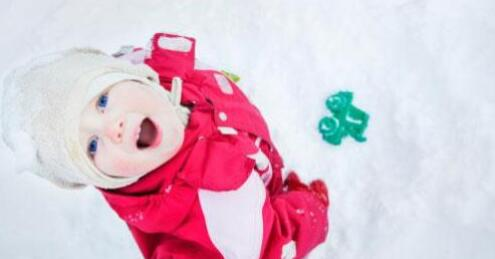 掌握这些新生儿宝宝穿衣小技巧,就会发现给宝宝穿衣很简单