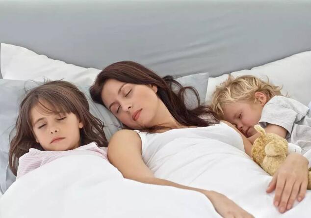 孩子出现这两种情况就可以与父母分床睡了